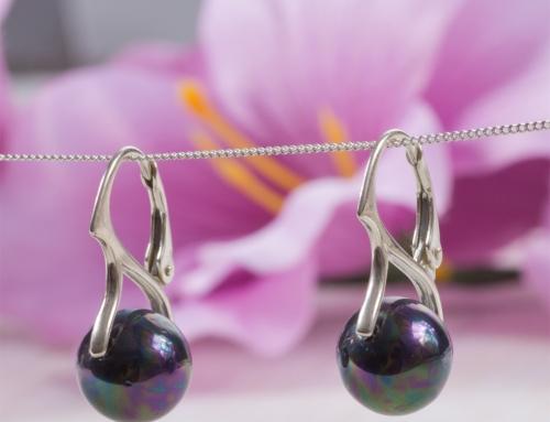 Perły – królowe elegancji. Zobacz jak zrobić proste i eleganckie kolczyki z perłami.