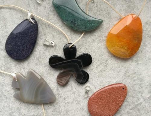 Zawieszki z kamieni – poznaj ich znaczenie i zainspiruj się na lato