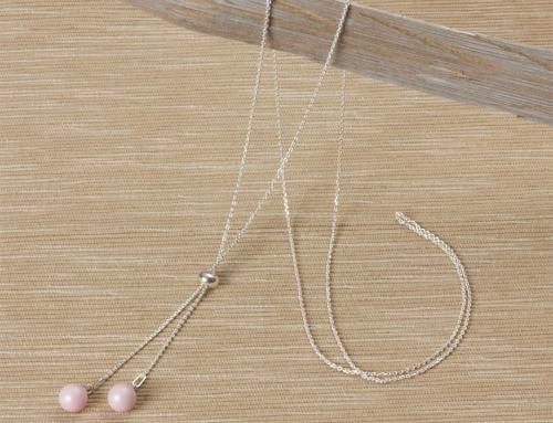 Długi naszyjnik z perełkami Swarovskiego – zobacz jak zrobić delikatną i uniwersalną ozdobę.