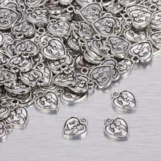 Zawieszka serduszko w kolorze ciemnego srebra z zakochaną parą 15.5x13mm