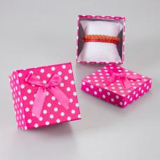 Różowe pudełko w kropeczki z kokardką 9x9cm
